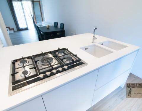 Cucina con penisola bianca/Kitchen penisula